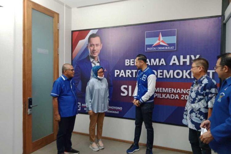 Ketua Umum DPP Partai Demokrat, Agus Harimurti Yudhoyono menyerahkan rekomendasi partai kepada isteri Bupati Buru Selatan, Safitri Malik Soulissa untuk maju sebagai calon bupati di Pilkada Buru Selatan desember 2020 mendatang. Rekomendasi tersebut diserakan di Kantor DPP Partai Demokrat di Jakarta, Selasa sore (30/6/2020)