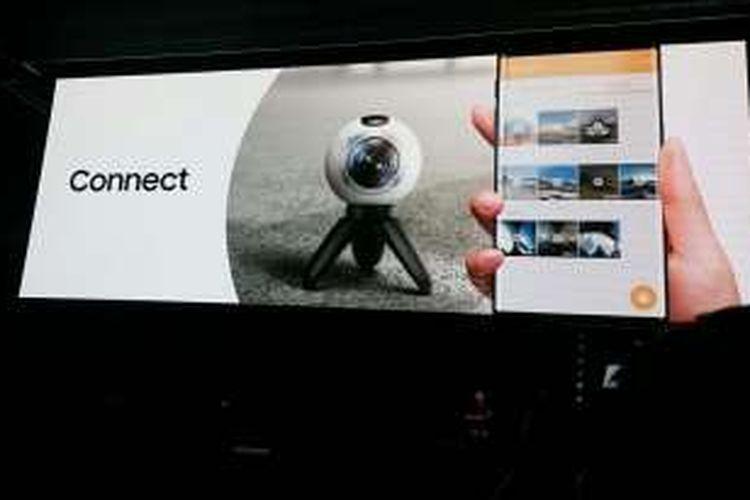 Samsung memperkenal perangkat kamera Gear 360 pada acara Samsung Galaxy Unpacked di Barcelona, Spanyol, Minggu (21/2/2016).