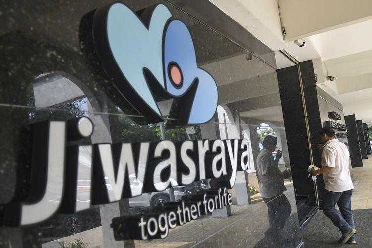 Warga melintas di depan kantor Asuransi Jiwasraya di Jalan Juanda, Jakarta, Rabu (11/12/2019). Pemerintah sudah memiliki skenario untuk menangani masalah kekurangan modal PT Asuransi Jiwasraya (Persero) yakni dengan cara pembentukan holding asuransi atau penerbitan obligasi subordinasi atau mandatory convertible bond (MCB) dan pembentukan anak usaha PT Jiwasraya Putra. ANTARA FOTO/Galih Pradipta/wsj.