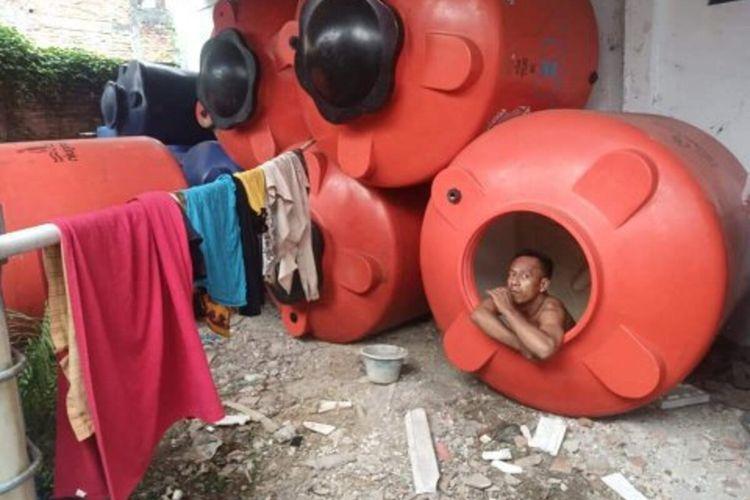 Kristanto Eko Wibowo (39), salah satu petugas tim pemulasaran jenazah Covid-19 Kabupaten Kudus menjalani isolasi mandiri selama 28 hari di Tandon Air di Kantor BPBD Kudus, Jawa Tengah, Maret 2020.