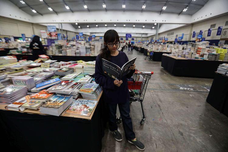 Seorang pengunjung melihat buku saat bazar buku Big Bad Wolf (BBW) di Indonesia Convention dan Exhibition (ICE) BSD, Tangerang (12/3/2020). Bazar BBW Jakarta 2020 menawarkan diskon dari 60 persen hingga 80 persen harga retail untuk buku-buku internasional serta diselenggarakan pada tanggal 6  sampai 16 Maret 2020.
