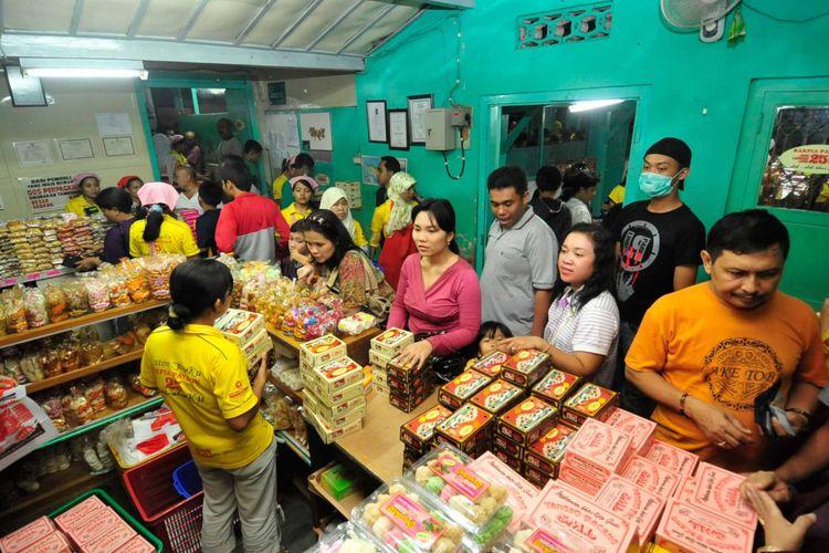 Pembeli mengantre bakpia di industri Bakpia Pathok 25 di Jalan KS Tubun, Yogyakarta, Kamis (24/9/2009). Melonjaknya permintaan makanan oleh-oleh khas Yogyakarta itu membuat industri tersebut harus menambah 45 pekerja yang didatangkan dari Gombong dan Magelang, Jawa Tengah, selama masa libur Lebaran.
