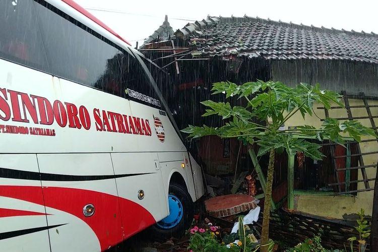 Tak hafal jalan saat hujan turun, bus antar provinsi jurusan Magetan – Jakarta menabrak rumah warga di Magetan yang dijadikan toko.