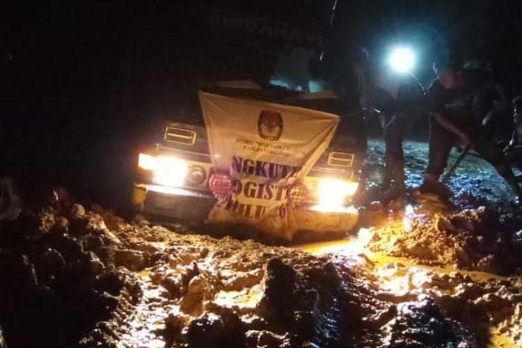 Angkutan distribusi logistik di Kecamatan Bastem, Kabupaten Luwu sempat terkendala akibat longsor.