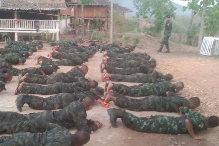 Anggota Gerakan Pemberontakan Sipil Myanmar (CDM) melakukan pelatihan militer di wilayah perbatasan etnis negara, karena meningkatnya bentrokan dengan junta militer. [Dok. KNDO Via CNN]