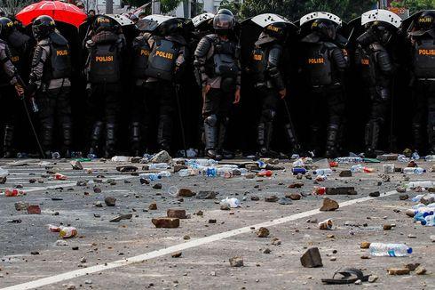 Pos Polisi di Bawah Fly Over Senen Dibakar Demonstran