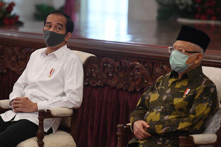 Presiden Joko Widodo (kiri) didampingi Wakil Presiden Maruf Amin menghadiri acara penyaluran dana bergulir untuk koperasi di Istana Negara, Jakarta, Kamis (23/7/2020). Pemerintah melalui Lembaga Pengelola Dana Bergulir Koperasi Usaha Mikro Kecil dan Menengah (LPDB-KUMKM) menyiapkan dana bergulir sebesar Rp 1 triliun untuk disalurkan kepada koperasi dalam rangka pemulihan ekonomi nasional yang terdampak COVID-19.