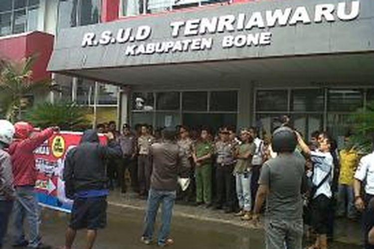 Dengan penjagaan ketat aparat kepolisian, puluhan warga menggelar unjukrasa di Rumah Sakit Umum Daerah (RSUD) Tenriawaru Bone, Sulawesi Selatan lantaran tak puas dengan hasil visum rumah sakit setempat. Senin, (03/02/2014).