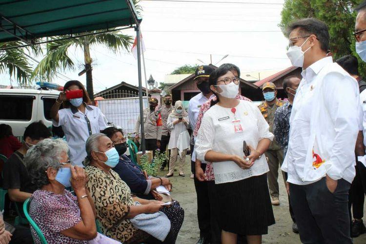 Menteri Kesehatan, Budi Gunadi tengah memantau proses vaksinasi kepada para Lansia di Kelurahan Vim, Distrik Abepura, Kota Jayapura, Papua, Rabu (14/4/2021)