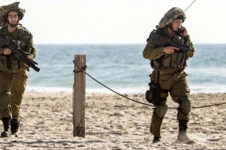 Tentara Israel berpatroli di perbatasan selatan Israel dan Jalur Gaza, 9 Juli 2014.