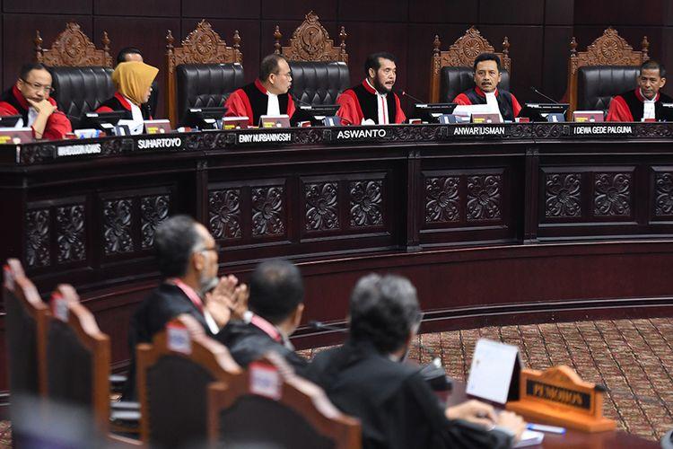 Ketua Mahkamah Konstitusi Anwar Usman (ketiga kanan) bersama hakim konstitusi lainnya memimpin sidang lanjutan Perselisihan Hasil Pemilihan Umum (PHPU) Pilpres 2019 di Gedung Mahkamah Konstitusi, Jakarta, Selasa (18/6/2019). Sidang tersebut beragendakan mendengarkan jawaban termohon, pihak terkait dan Bawaslu.