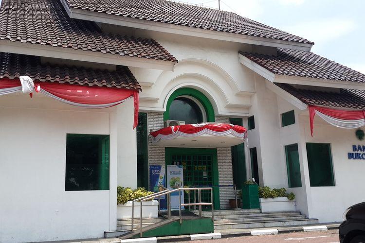 Kantor Cabang Utama Bank Bukopin di Jalan Semeru Kota Malang ditutup sementara akibat dua karyawannya terkonfirmasi Covid-19, Selasa (8/9/2020).