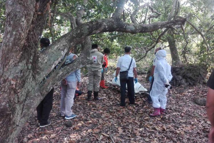 Polsek Sentolo dan PMI Kulon Progo evakuasi korban gantung diri pada sebuah kebun kosong di Kalurahan Srikayangan, Kapanewon Sentolo, Kon Progo, DI Yogyakarta.