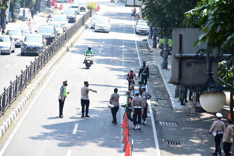 Petugas terlihat melakukan penindakan kepada masyarakat yang tidak menggunakan masker saat PPKM darurat pertama di, Jalan Merdeka, Kota Bandung, Sabtu (3/7/2021).