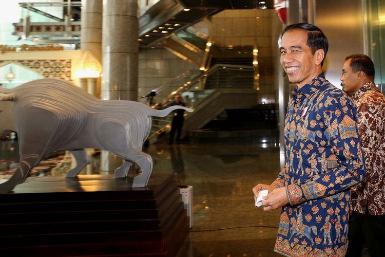 Presiden Joko Widodo saat meninggalkan ruangan Bursa Efek Indonesia (BEI), Jakarta, Selasa (4/7/2017). Kedatangan Presiden Joko Widodo dalam rangka kunjungan kerja dan dialog ekonomi dengan para pelaku pasar modal.