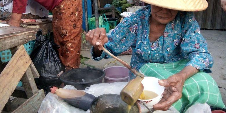 Mbah Sudiyah (75),  penjual bubur jamu coro  yang biasa menggelar dagangannya di Pasar Wonokerto,  Kecamatan Karangtengah.
