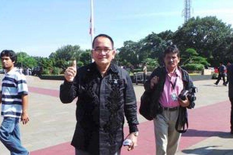 Ruhut Sitompul ikut menghadiri pemakaman Taufiq Kiemas. Minggu (9/6/2013).