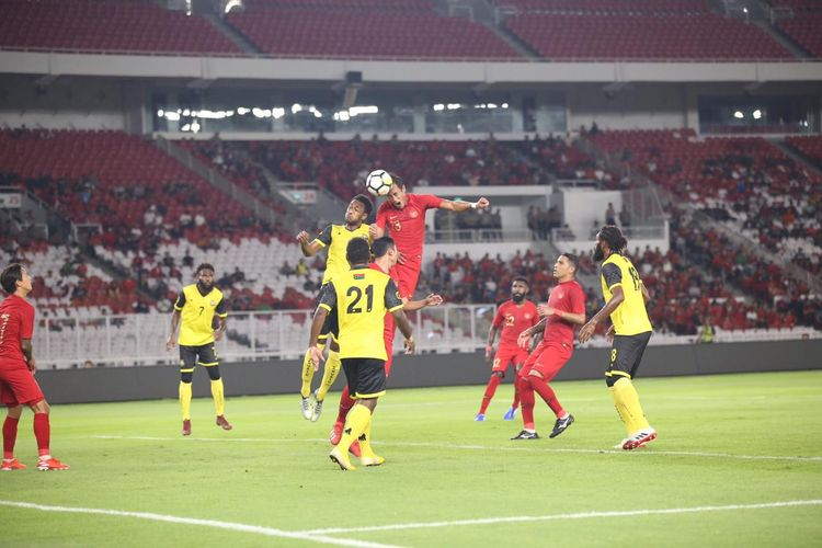 Bek Timnas Indonesia, Hansamu Yama, berusaha menyundul bola dalam pertandingan persahabatan melawan Vanuatu di Stadion Gelora Bung Karno, Jakarta, Sabtu (15/6/2019).