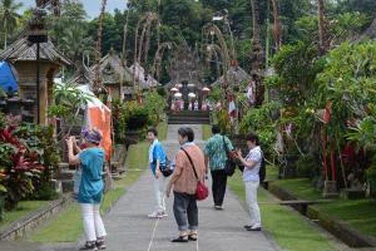 Wisatawan di Desa Penglipuran, Kabupaten Bangli, Bali.