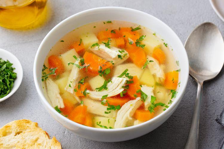 Semangkuk sup ayam dengan sayuran.