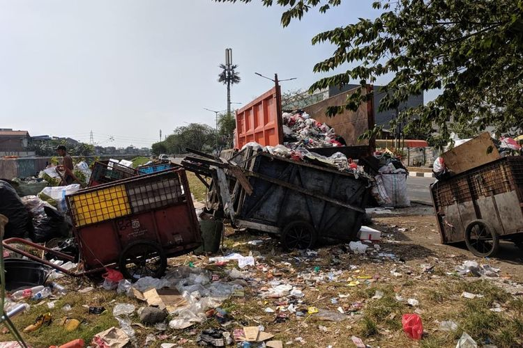 Sejumlah gerobak sampah parkir di Jalan Danau Sunter Barat, Sunter Agung, Tanjung Priok, Jakarta Utara,, Senin (8/7/2019).