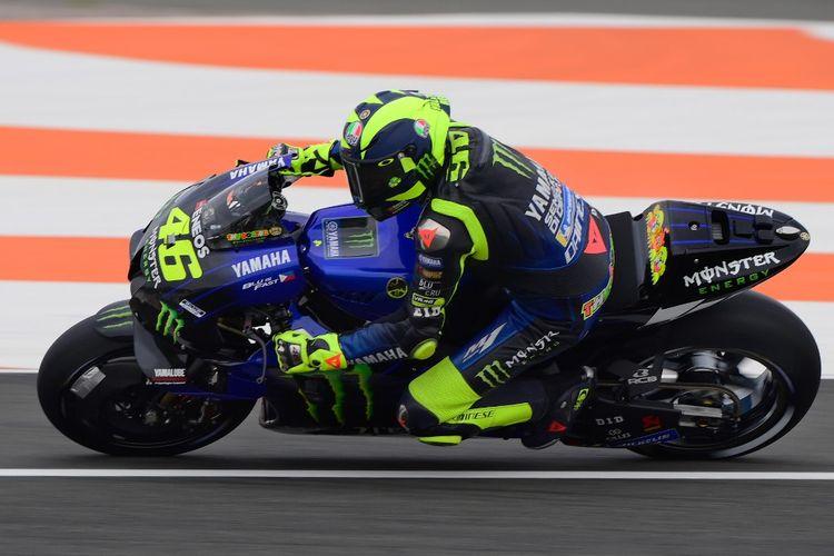 Valentino Rossi saat berlaga di MotoGP Valencia. (Photo by LLUIS GENE / AFP)