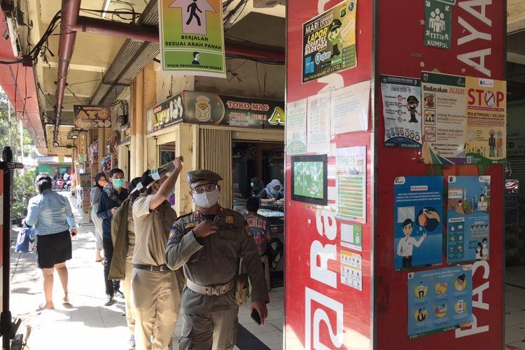 Sejumlah ASN memantau aktivitas di Pasar Kebayoran Lama, Jakarta, Senin (6/7/2020). Sejumlah pedagang di Pasar Kebayoran Lama, Jakarta meminta Aparatur Sipil Negara (ASN) lebih sering berkeliling pasar untuk menegur pedagang yang tidak menggunakan masker.