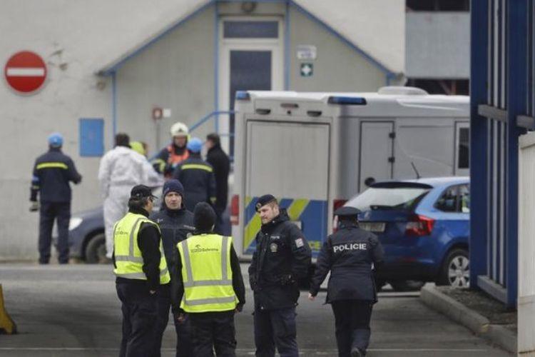 Petugas polisi berjaga di jalan masuk menuju pabrik kimia yang meledak di kota Kralupy nad Vltavou, Ceko, Kamis (22/3/2018).