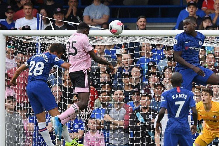 Wilfred Ndidi menyundul bola untuk mencetak gol pada pertandingan Chelsea vs Leicester City di Stadion Stamford Bridge dalam lanjutan Liga Inggris, 18 Agustus 2019.