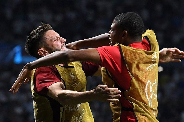 Rhian Brewster dan Adam Lallana merayakan gol Divock Origi pada pertandingan Liverpool vs Tottenham Hotspur dalam final Liga Champions di Stadion Wanda Metropolitano, 1 Juni 2019.