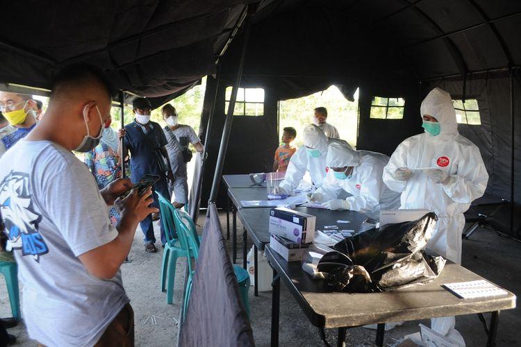 Warga dari luar daerah antre untuk menjalani tes cepat antigen di Pos Penyekatan Desa Larangan Tokol,  Pamekasan, Jawa Timur, Selasa (8/6/2021). Pemkab Pamekasan memberlakukan penyekatan dan tes cepat antigen bagi pendatang yang akan masuk ke kabupaten itu, menyusul terjadinya lonjakan kasus COVID-19 di Bangkalan dalam dua pekan terakhir. ANTARA FOTO/Saiful Bahri/nz