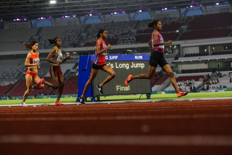 Pelari putri India Chitra Palakeezh Unnikrishnan ( kedua dari kanan) berpacu pada lari 1500 meter putri 18th Asian Games Invitation Tournament di Stadion Utama Gelora Bung Karno, Senayan, Jakarta, Senin (12/2/2018). Chitra menyabet medali emas dengan catatan waktu empat menit 18,74 detik.