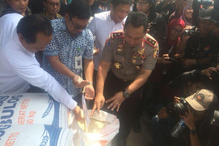 Satgas Pangan Polri melaksanakan operasi pasar di Pasar Induk Beras Cipinang, Jakarta Timur, Kamis (22/11/2018).