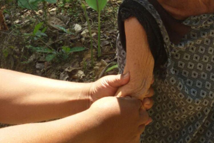 Kadang, mereka yang penasaran akan patahnya tangan Sonto Wiryo (84 tahun), mencoba memegang, menekan-nekan. Sementara orang lain memandang dengan perasaan ngilu. Mbah Sonto hanya diam dan senyum saja. Kakek renta ini hidup di Dusun Crangah, Desa Hargotirto, Kecamatan Kokap, Kabupaten Kulon Progo, Daerah Istimewa Yogyakarta. Mbah Sonto, begitu warga memanggilnya, tegar di kehidupannya sekarang ini.