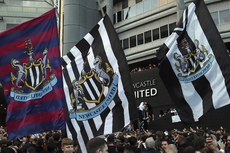 Suporter merayakan saat Newcastle United dibeli oleh PIF (Public Investment Fund), konsorsium Arab Saudi. Newcastle dibeli PIF pada Kamis (7/10/2021), di tengah isu pelanggaran HAM oleh Pangeran Mohammed bin Salman yang mengetuai badan tersebut.