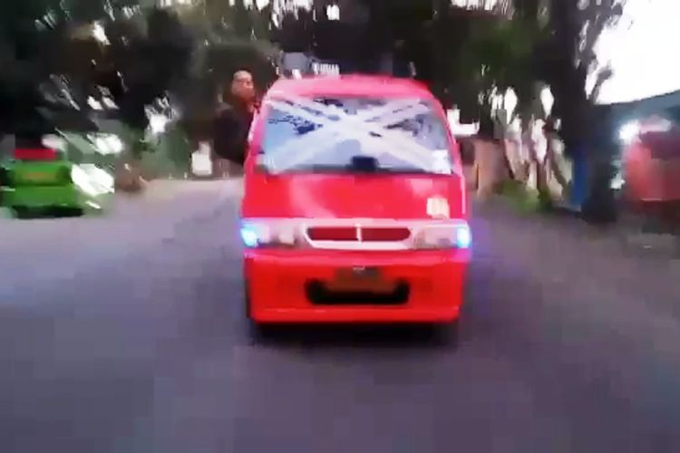 Cuplikan video yang viral di media sosial yang memerlihatkan seorang sopir angkot di Cianjur berlagak lepas kemudi dan keluar dari jendela kemudi saat kendaraan melaju kencang hingga berujung tabrakan.