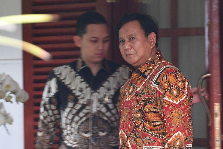 Ketua Umum Partai Gerindra Prabowo Subianto (kanan) bersiap meninggalkan kediamannya jelang pengumuman capres dan cawapres di Jalan Kertanegara, Jakarta Selatan, Kamis (9/8). ANTARA FOTO/Sigid Kurniawan/aww/18.