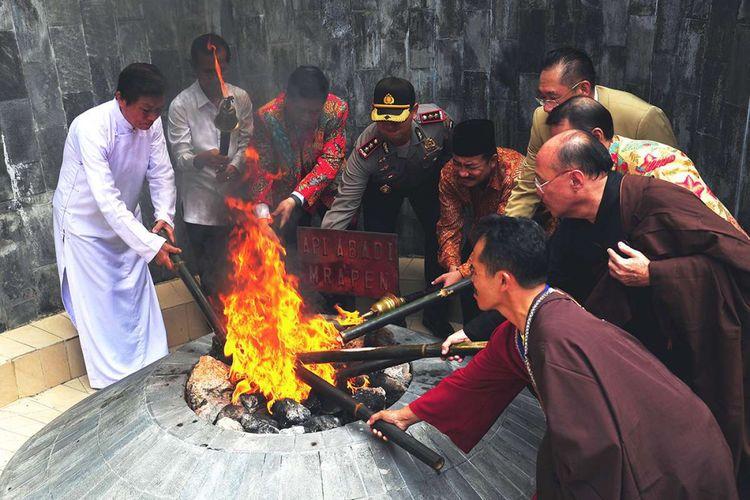 Umat Buddha melakuan ritual pengambilan Api Dhamma Tri Suci Waisak 2562 BE 2018 di obyek wisata Api Abadi Mrapen, Desa Manggarmas, Kecamatan Godong, Kabupaten Grobogan, Jawa Tengah, Minggu (27/5/2018). Api yang diambil ini akan disemayamkan di Candi Mendut hingga keesokan harinya dibawa ke Candi Borobudur sebagai sarana peribadatan perayaan Waisak.