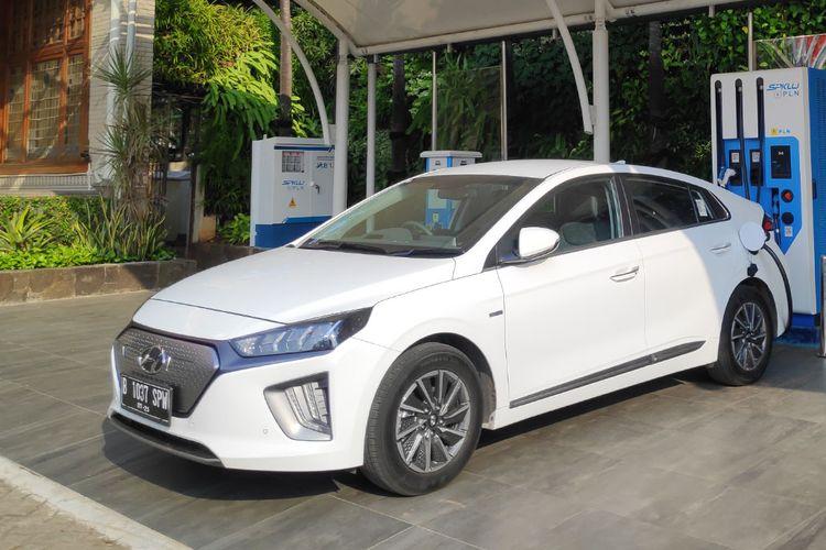 Kendaraan listrik Hyundai Ioniq tengah melakukan pengisian daya di SPKLU