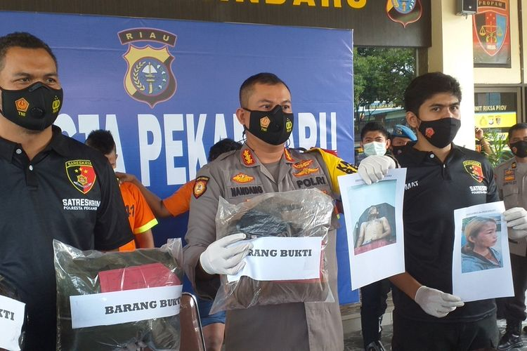 Kapolresta Pekanbaru Kombes Pol Nandang Mumin Wijaya dalam konferensi pers memperlihatkan barang bukti yang disita dari pengungkapan kasus penyiraman air keras di Kota Pekanbaru, Riau, Rabu (20/1/2021).