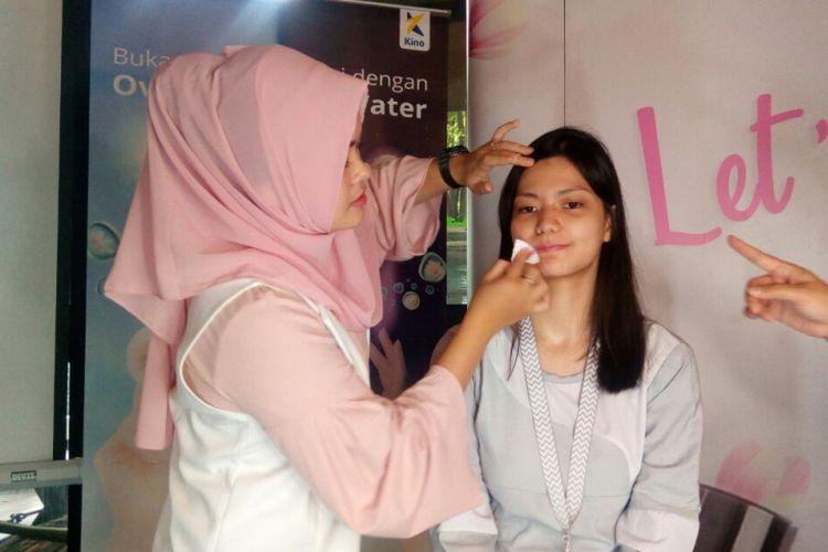 Makeup artist Natasia Adrina saat sedang mengaplikasikan makeup flawless pada peluncuran Ovale Micellar Water di Jakarta, Senin (9/4/2018).