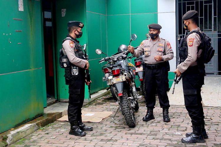 Polisi melakukan penjagaan di gudang penyimpanan vaksin covid 19 yang disimpan di di gudang Instalasi Farmasi Dinas Kesehatan Aceh. Selasa (05/01/2021).
