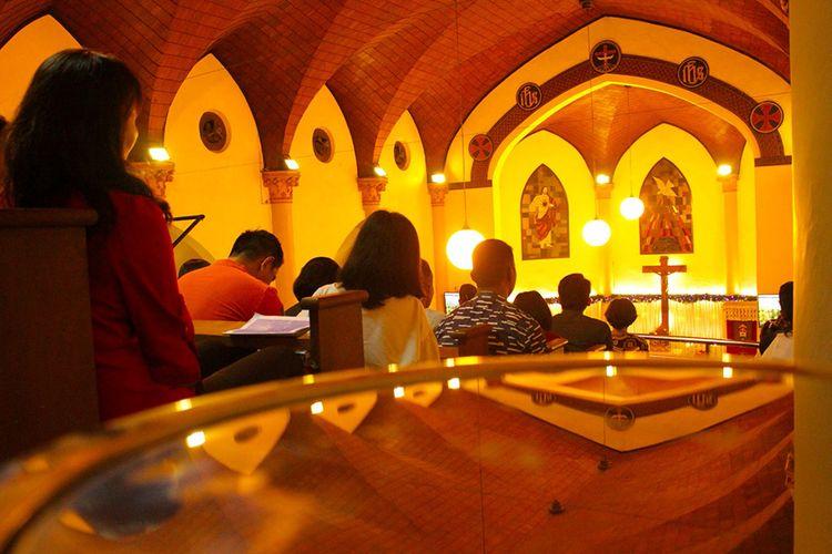 Umat kristiani mengikuti ibadah misa malam Natal di Gereja Katedral, Makassar, Sulawesi Selatan, Selasa (24/12/2019). Ibadah misa malam Natal 2019 yang mengangkat tema Hiduplah Sebagai Sahabat Bagi Semua Orang tersebut berjalan lancar dan khidmat.