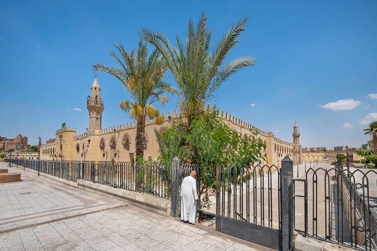 Ilustrasi masjid - Gerbang menuju area Masjid Amru bin Al-Ash di Mesir.