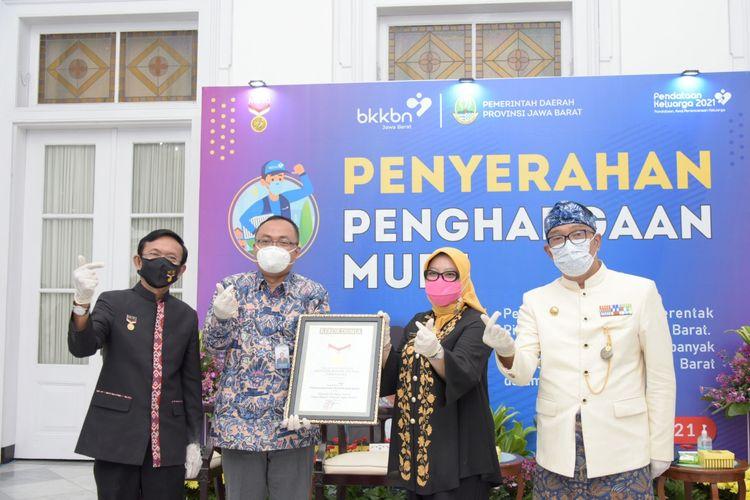 Gubernur Jabar Ridwan Kamil saat menerima dua penghargaan dari MURI di Gedung Pakuan, Kota Bandung, Kamis (1/4/2021).