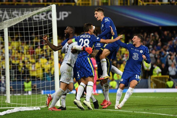 Para pemain Chelsea berselebrasi usai mereka memastikan juara Piala Super Eropa 2021 dengan mengalahkan Villarreal lewat adu penalti di Stadion Windsor Park, Belfast, Irlandia Utara, Kamis (12/8/2021) dini hari WIB.