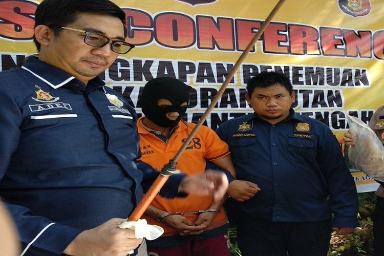 Kapolda Kalimantan Tengah saat rilis pembunuhan individu orang utan di lokasi tempat kejadian pembunuhan
