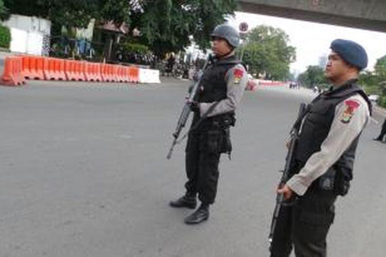 Koper mencurigakan di samping Kedubes Amerika Serikat di Jalan Medan Merdeka Selatan, Jakarta.
