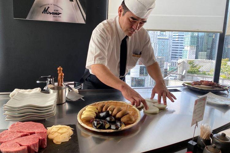 Chef Misono menyiapkan semua bahan untuk diolah di pelat besi panas yang dikenal sebagai teppan.