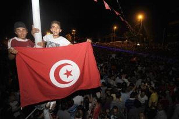 Ribuan orang berkumpul di luar gedung parlemen Tunisia di ibu kota Tunis menyerukan pembubaran pemerintahan yang dimotori Partai Ennahda yang berhaluan Islam. Situasi politik di Tunisia kembali tegang setelah pembunuhan tokoh oposisi Mohamed Brahmi pekan lalu.